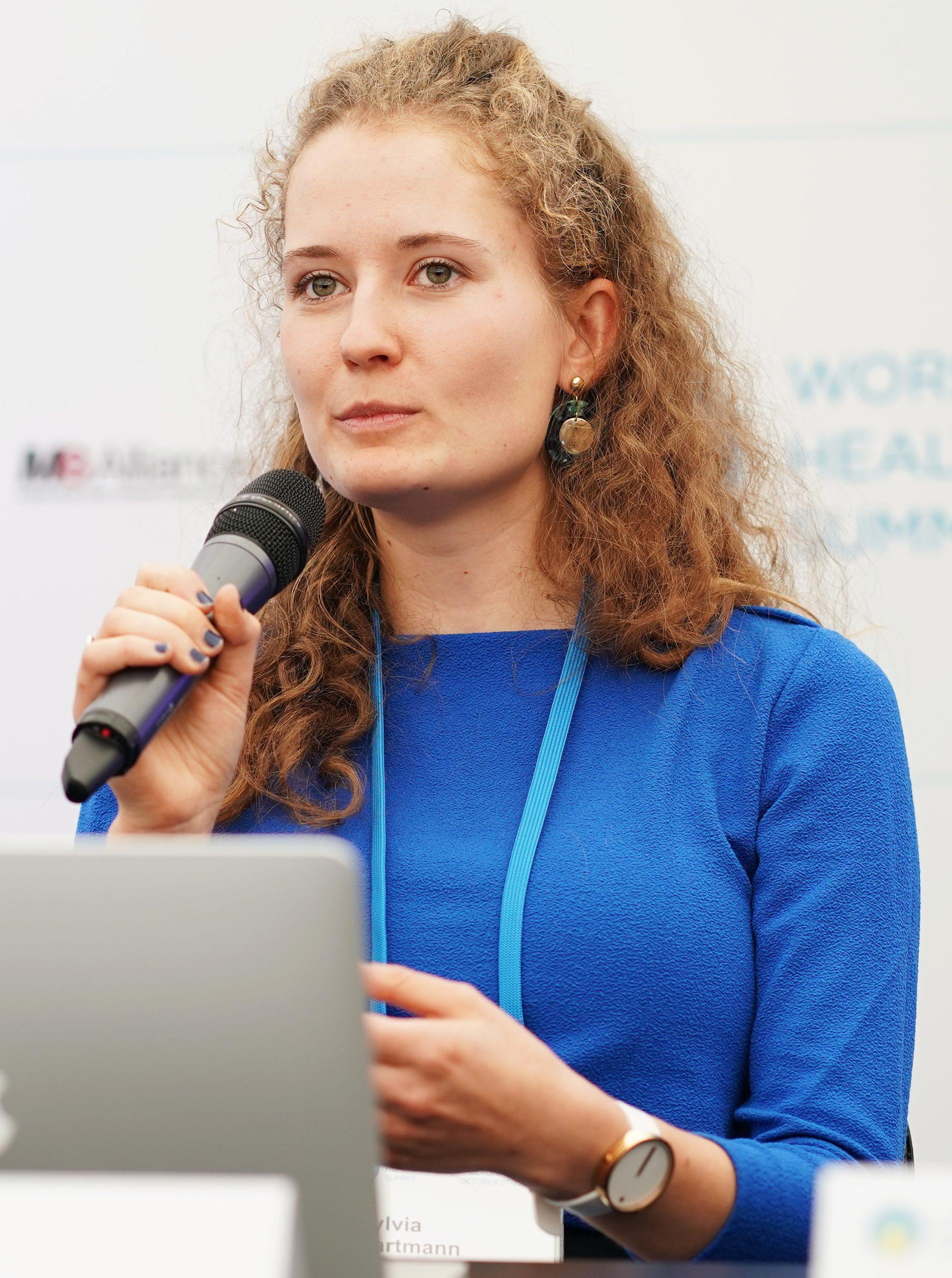 Foto von Sylvia Hartmann mit Mikrophon beim World Health Summit, Copyright: World Health Summit