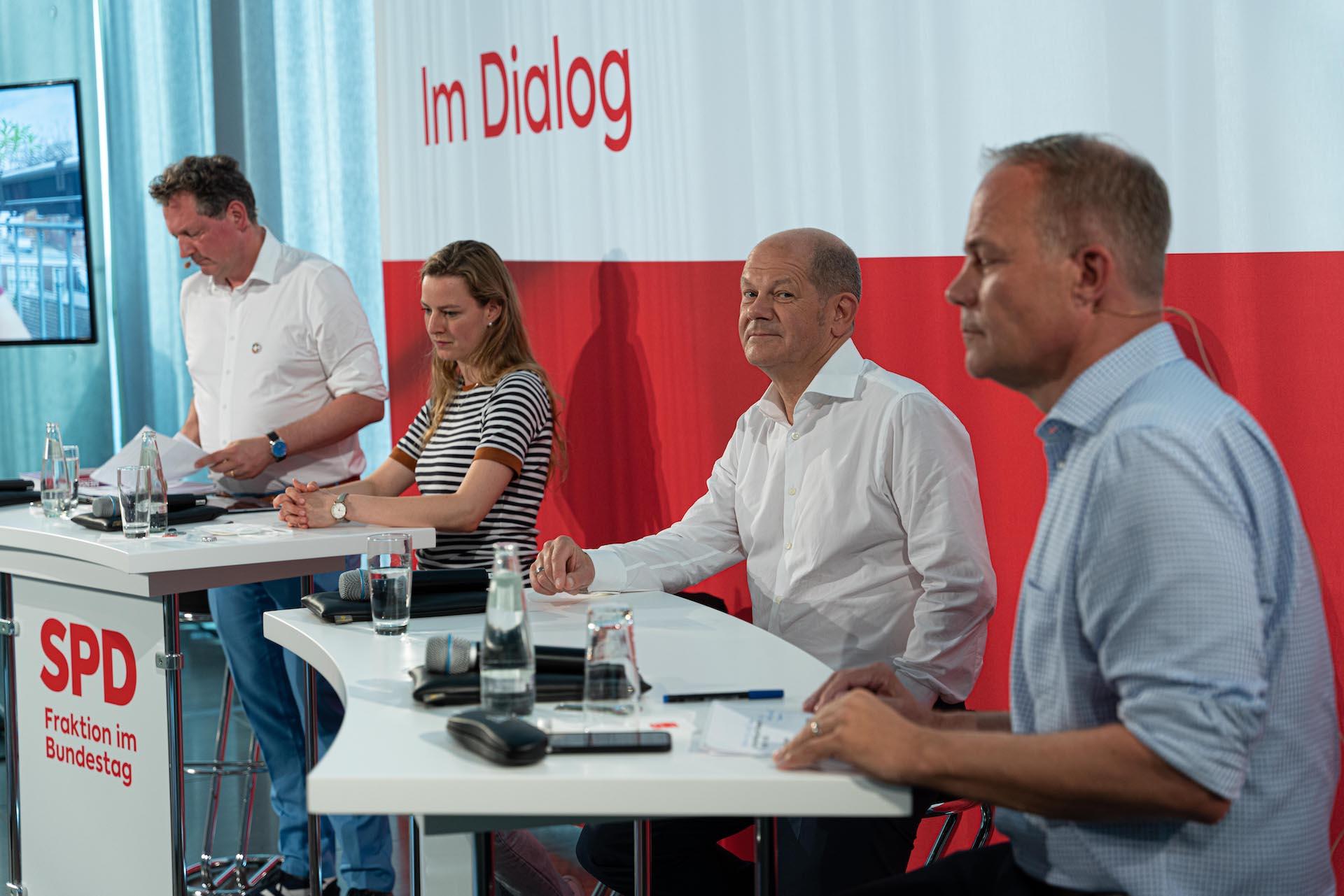 """Foto der Diskussionsrunde beim Panel """"Auf dem Weg nach Glasgow – Sind wir noch zu retten?"""". Im Hintergrund steht in roter Schrift """"Im Dialog"""""""