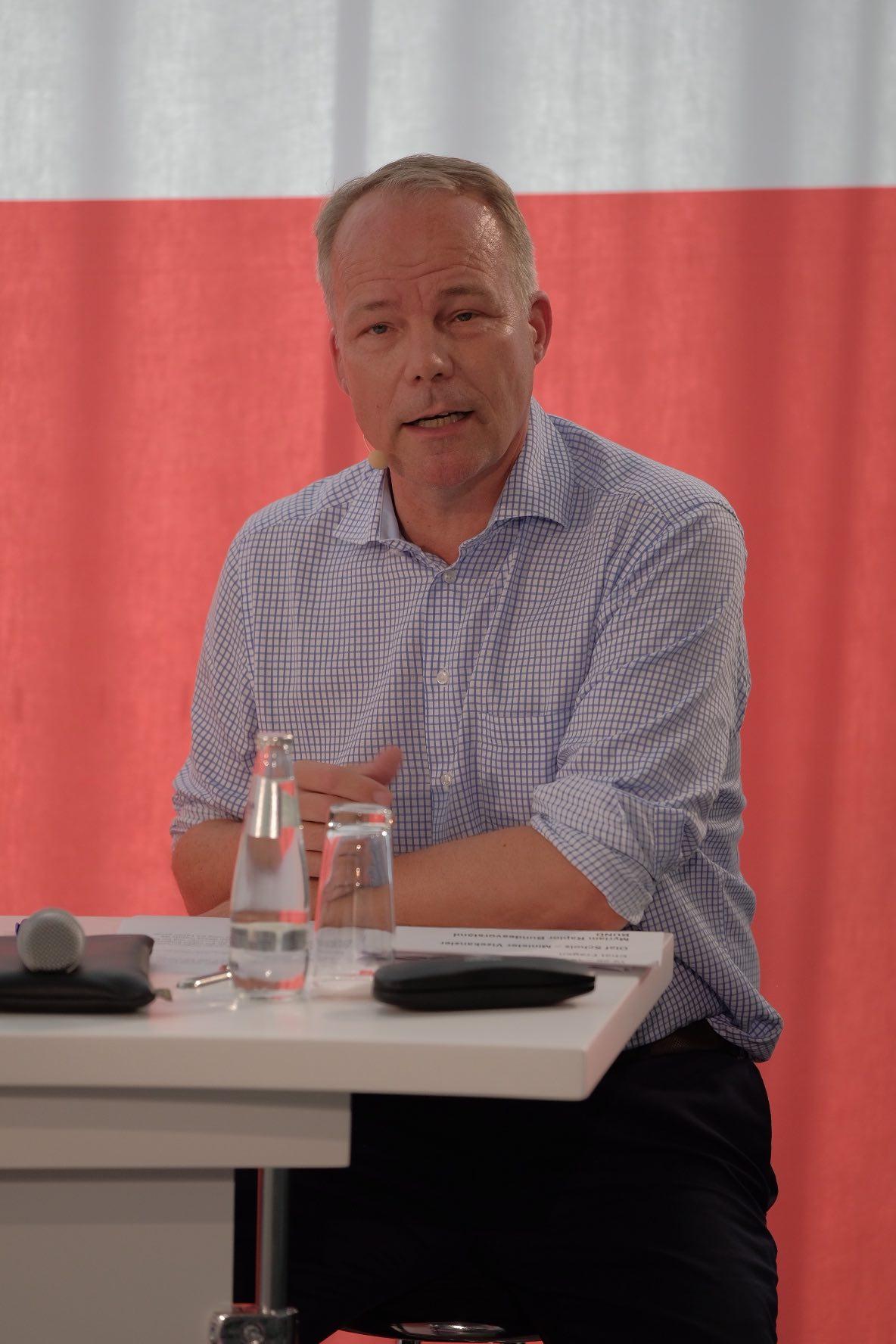 """Foto von Dr. Matthias Miersch beim Panel """"Auf dem Weg nach Glasgow – Sind wir noch zu retten?"""" vor einem roten Vorhang"""