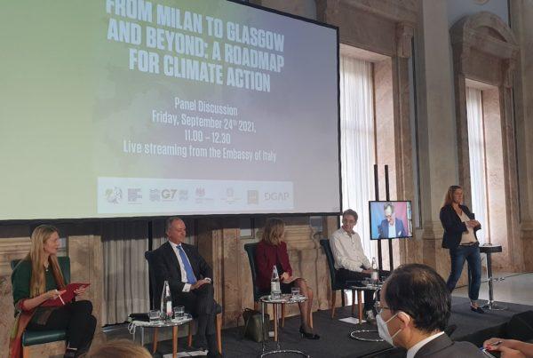 """Foto von Teilnehmer:innen der Podiumsdiskussion """"From Milan to Glasgow), © GEGM"""