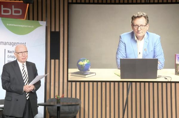 """Foto der Veranstaltung """"Krankenhausmanagement NEU denken"""": Zu sehen ist Professor Heinz Lohmann in der RBB-Lounge im Gespräch mit Dr. Eckart v. Hirschhausen, zugeschaltet über Video."""